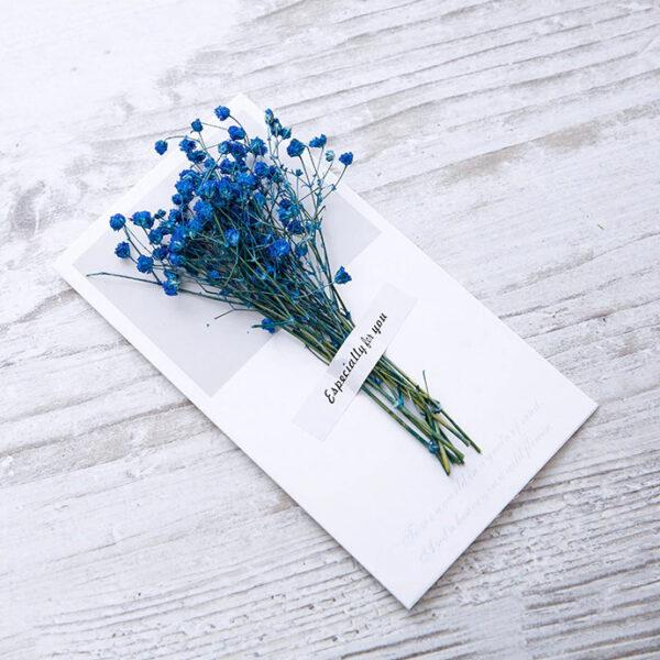 Grußkarte-mit-einem-Strauß-echter-blauen-Blumen