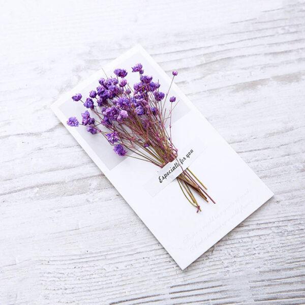 Grußkarte-mit-einem-Strauß-echter-lila-Blumen