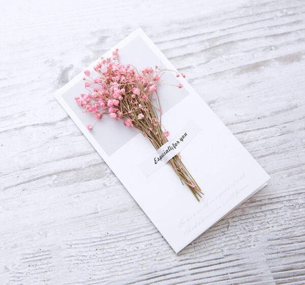 Grußkarte-mit-einem-Strauß-echter-rosa-Blumen