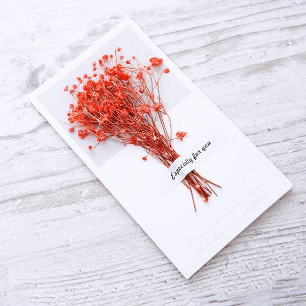 Grußkarte-mit-einem-Strauß-echter-roter-Blumen