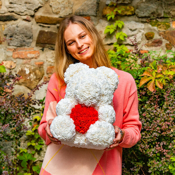Rosenbären-aus-weißen-Rosen-mit-rotem-Herzen
