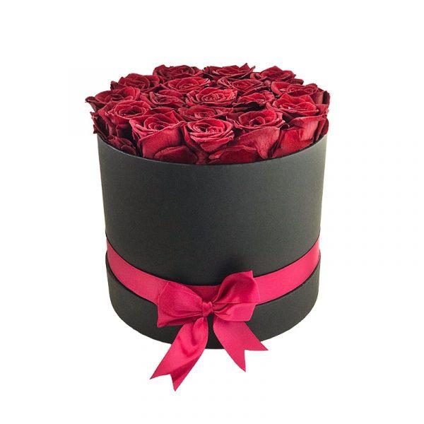 Lang-anhaltender-Strauß-aus-17-dunkelroten-Rosen-in-einer-schwarzen-Box