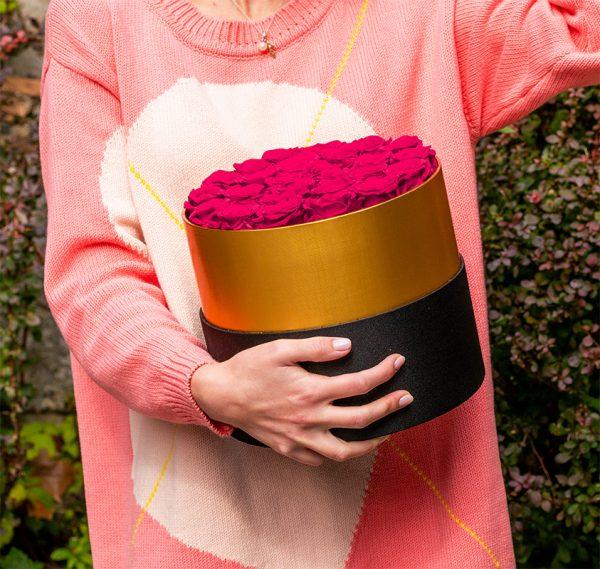 Langlebiger-Strauß-aus-13-rosa-Rosen-in-einer-schwarz-goldenen-Schachtel